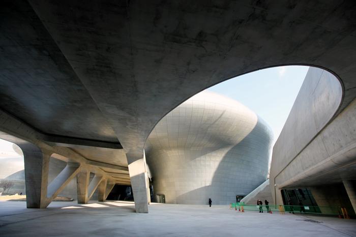 Une architecture arrondie qui se fond dans le paysage for Architecture qui se fond dans le paysage